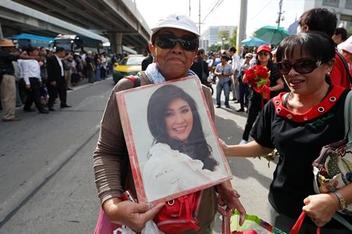 Người ủng hộ cầm ảnh bà Yingluck, chờ bà xuất hiện trước tòa án tối cao hôm nay.