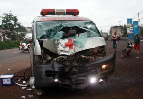 Xe cứu thương biến dạng sau tai nạn. Ảnh: Quốc Thịnh