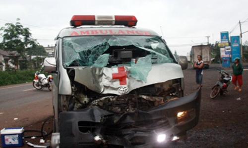Xe cứu thương biến dạng sau khi tông chết người