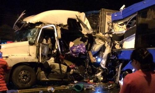 Hành khách la hét trong ôtô giường nằm tông xe container