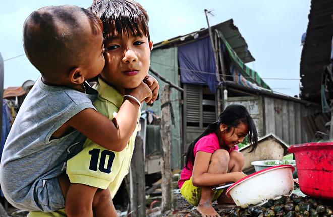 """Những đứa trẻ đói nghèo ở """"xóm ốc"""" ven Sài Gòn"""