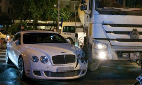 Xe sang Bentley chục tỷ bị xe bồn tông vỡ đầu                                             Tại sao chỉ có 2 người đấu giá xe Bentley hàng tỷ đồng ở Quảng Bình? Xe sang Bentley 1,6 tỷ đấu giá ở Quảng Bình là hàng nhái?
