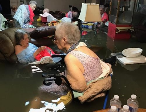 Một nhà dưỡng lão tại thành phố Dickinson bị ngập nước. Những người gia sau đó được sơ tán. Ảnh: Twitter.