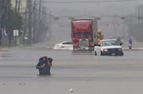 Hỗn loạn khi bão Harvey trút 34 tỷ m3 nước xuống Texas