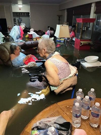 Tranh cãi về ảnh cụ già trong nhà dưỡng lão ngập nước ở Texas