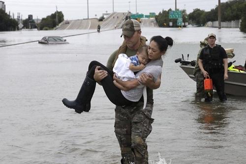 Ảnh đặc nhiệm Mỹ bế mẹ con gốc Việt thành biểu tượng trong bão Harvey - 202940