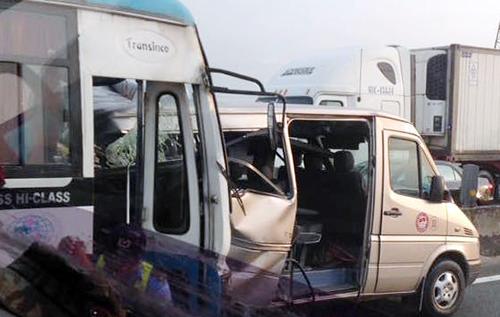 Ôtô nổ lốp trên cao tốc Trung Lương, 7 người bị nạn