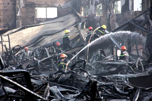 Công ty sản xuất hộp quẹt gas bị cháy rụi. Ảnh: Hồng Tuyết.