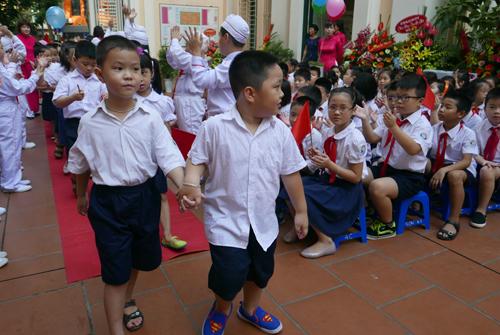 Tranh cãi việc học sinh phải tập luyện cho khai giảng