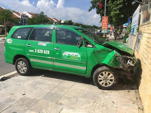 taxi-dien-gay-tai-nan-lien-hoan-mot-nguoi-chet-1