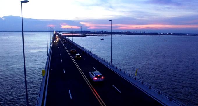 Người dân trải nghiệm cầu vượt biển dài nhất Việt Nam - Ảnh minh hoạ 2