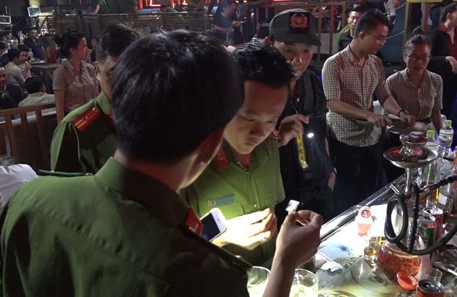 Cảnh sát đột kích bắt ma túy trong quán bar Sài Gòn