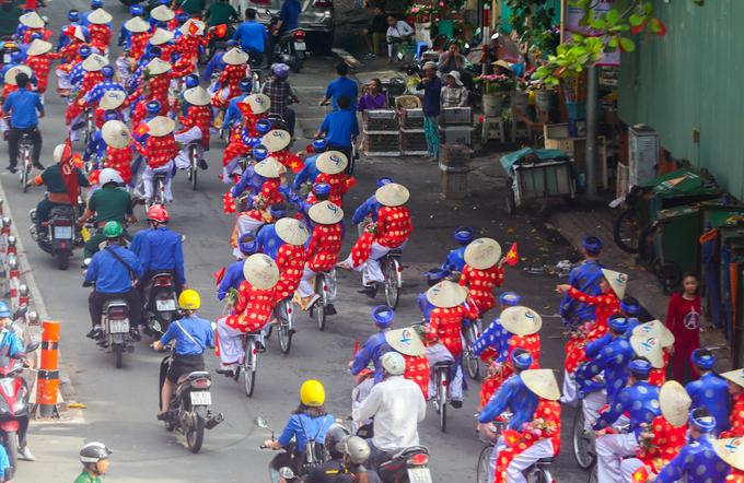 Đời sống: 100 chú rể rước dâu bằng xe đạp ở Sài Gòn