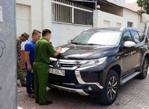 Nhiều ôtô chiếm vỉa hè bị ông Đoàn Ngọc Hải gọi phường xử lý