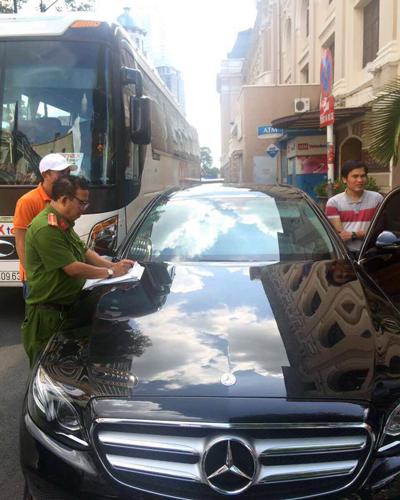 Nhiều ôtô chiếm vỉa hè bị ông Đoàn Ngọc Hải gọi phường xử lý - Ảnh minh hoạ 2