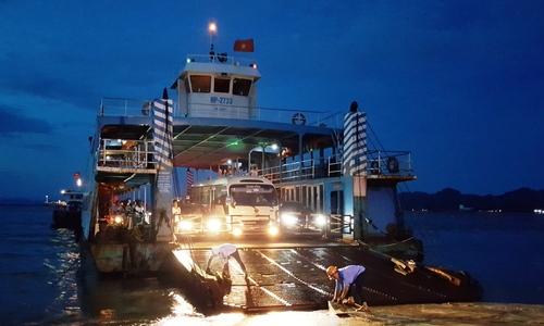 Du khách đổ về đảo Cát Bà, phà Hải Phòng kẹt cứng