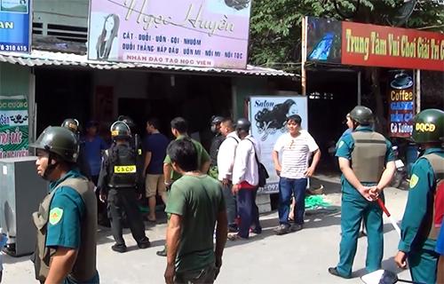 Cảnh sát bao vây căn nhà, thuyết phục tên trộm đang ôm bình gas cố thủ. Ảnh: Nguyệt Triều.