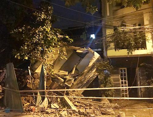Nhà ba tầng ở Sài Gòn sập, đè nát căn bên cạnh