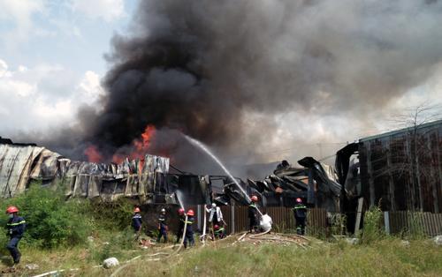 Kho vải vụn ven Sài Gòn cháy ngùn ngụt hơn hai giờ