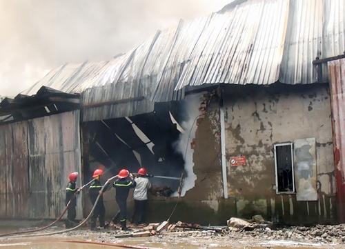 Kho vải vụn ven Sài Gòn cháy ngùn ngụt hơn hai giờ - Ảnh minh hoạ 2