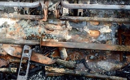 Một thanh kiếm được tìm thấy trong xe Innova bị đốt cháy. Ảnh: Tuy PHước