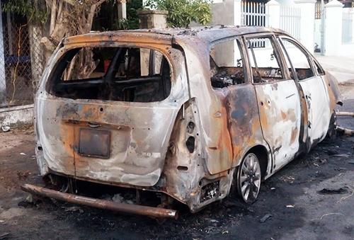 Xe Innova bị cháy rụi sau khi phát nổ. Ảnh: Tuy Phước.