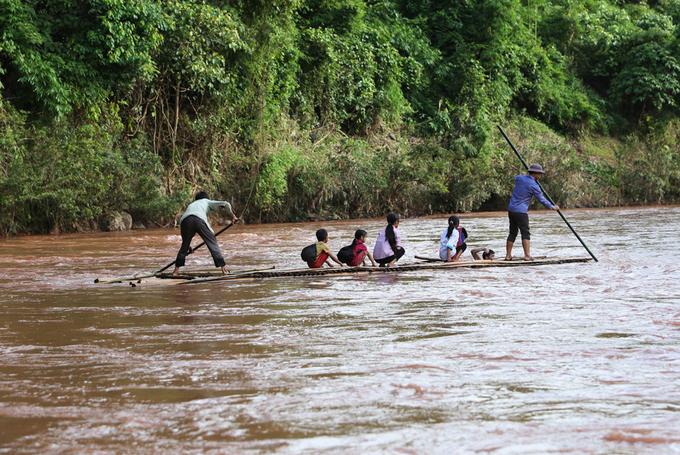 Thầy trò chèo bè qua sông đi khai giảng - Ảnh minh hoạ 3