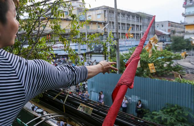 Ném hơn chục triệu đồng tiền lẻ cúng cô hồn ở Sài Gòn - Ảnh minh hoạ 5