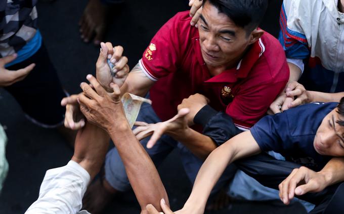 Ném hơn chục triệu đồng tiền lẻ cúng cô hồn ở Sài Gòn - Ảnh minh hoạ 7