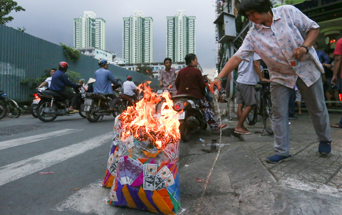 Ném hơn chục triệu đồng tiền lẻ cúng cô hồn ở Sài Gòn - Ảnh minh hoạ 11