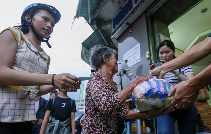 Ném hơn chục triệu đồng tiền lẻ cúng cô hồn ở Sài Gòn - Ảnh minh hoạ 12
