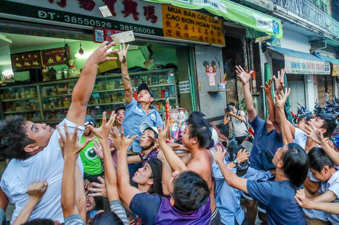 Ném hơn chục triệu đồng tiền lẻ cúng cô hồn ở Sài Gòn - Ảnh minh hoạ 8