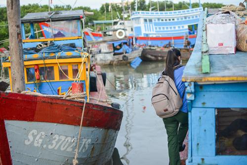 Đò là phương tiện đi lại giữa xã đảo Thạnh An và đất liền. Ảnh:Thảo Ly