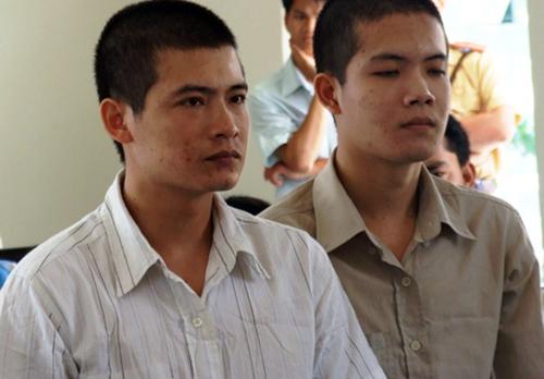 Lâm và Hùng tại tòa trong vụ án 7 năm trước ở Bình Dương. Ảnh: Nguyệt Triều.