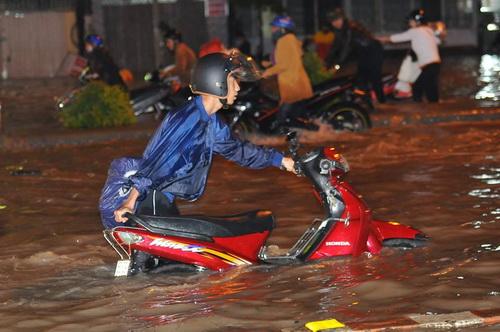Quốc lộ 51 qua Đồng Nai ngập lút bánh xe sau mưa lớn