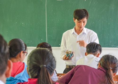 Thầy Ngô Văn Hội trong một tiết học. Ảnh:Hồng Phú.
