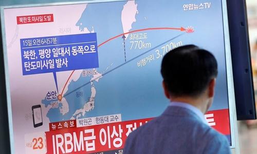 Truyền hình Hàn Quốc đưa tin về vụ phóng tên lửa của Triều Tiên. Ảnh: Reuters.