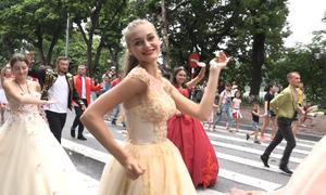 Gần 100 nghệ sĩ Carnival khuấy động phố đi bộ Hồ Gươm