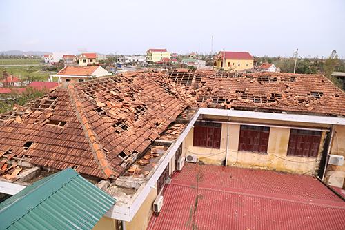 Một trường học tại Quảng Bình bị tốc mái do bão Doksuri. Ảnh:Hoàng Táo