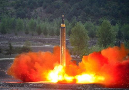 Triều Tiên phóng thử tên lửa Hwasong-12. Ảnh: KCNA.