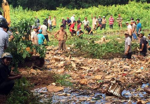 Người dân đang tỏa xung quanh hồ để tìm kiếm nữ sinh. Ảnh: Văn Trăm