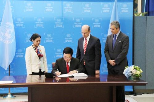 Phó thủ tướng, Bộ trưởng Ngoại giao Phạm Bình Minh ký Hiệp ước cấm Vũ khí hạt nhân tại Trụ sở Liên Hợp Quốc, New York, Mỹ ngày 22/9.