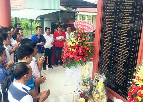 Gần 50 kỹ sư tưởng niệm nạn nhân vụ sập cầu Cần Thơ