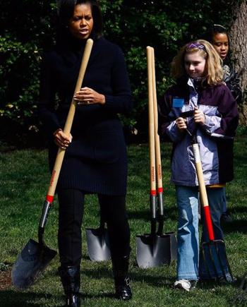 Bà Michelle Obama trong khu vườn ở Nhà Trắng thời còn là đệ nhất phu nhân. Ảnh chụp màn hình: Twitter.
