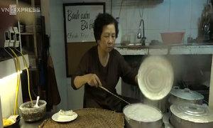 Người phụ nữ gần 30 năm đạp xe bán bánh cuốn ở phố cổ Hà Nội
