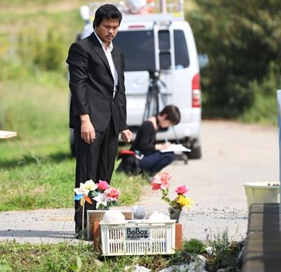 Anh Lê Anh Hào đến thắp hương cho bé Linh tại nơi tìm thấy thi thể bé, 6 tháng sau vụ sát hại. Ảnh: Kyodo.