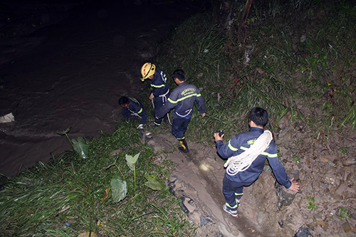 Cảnh sát cứu hộ được huy động tìm kiếm bé trai. Ảnh: Phước Tuấn.
