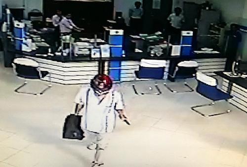 Hình ảnh tên cướp do camera ghi lại. Ảnh: Cắt từ video.