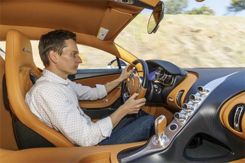 Ở 420km/h mà khẽ vần nhẹ vô lăng vài độ thôi là xe sẽ lập tức tự phanh về 380km/h.