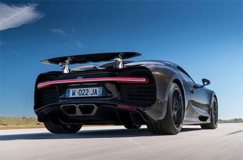 Toàn bộ đuôi xe được thiết kế để tối ưu tính năng làm mát và khí động học.